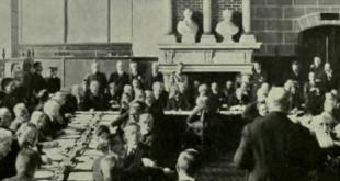 El jefe de la delegación austriaca en la conferencia de paz, Dr. Karl Renner, se dirige a los otros delegados al recibir las condiciones del Tratado de paz de Saint Germain.