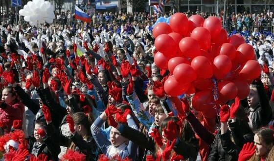 Ciudadanos de Crimea contemplan en Simferópol una 'performance' teatral titulada 'Dedicado a ti, Rusia', que celebra el primer aniversario de la anexión. / MAXIM SHEMETOV (REUTERS)