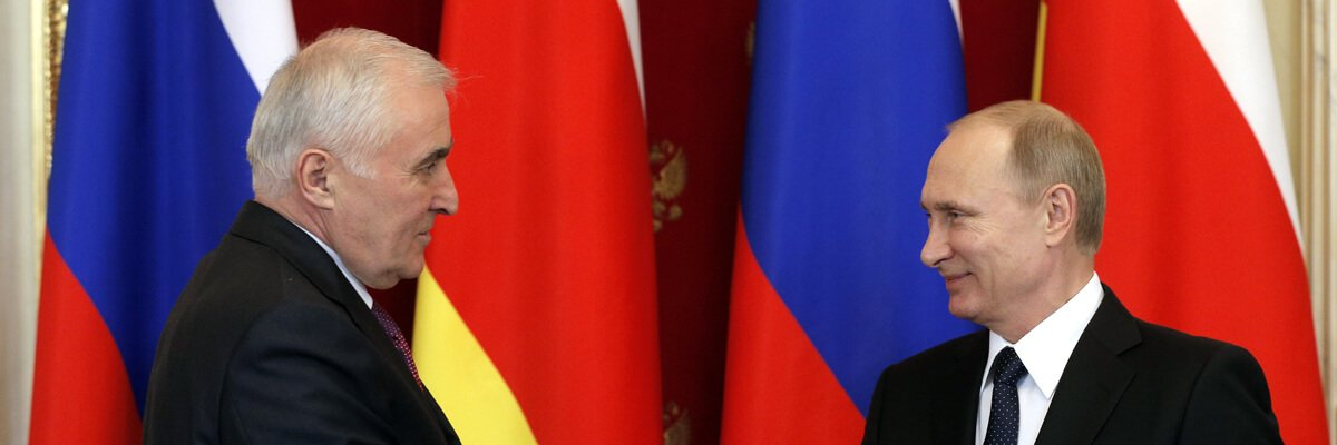 El presidente ruso, Vladímir Putin (derecha) y el líder de la región separatista de Osetia del Sur, Leonid Tibilov, marzo 2015, Moscú. Maxim Shipenkow/AFP/Getty Images