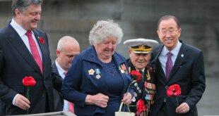 El Secretario General de Naciones Unidas (der.) junto al presidente ucraniano Petro Porochenko y un veterano de la Segunda Guerra Mundial de 96 años que estuvo preseo en el campo de concentración de Auschwitz. Foto: ONU