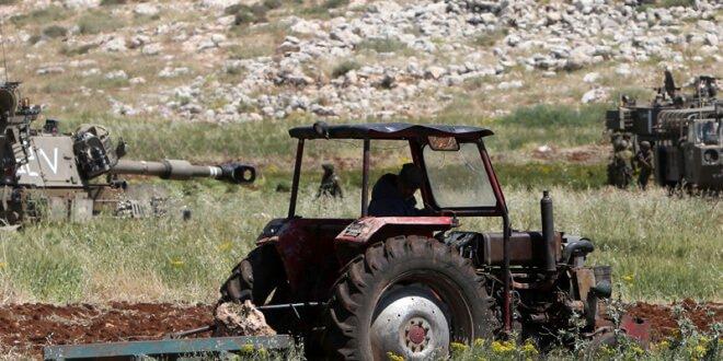 Agricultor palestino de Aqraba, al sur de Nablus, en Cisjordania, junto a los tanques de soldados israelíes. (Jaafar Ashtiyeh/AFP/Getty Images)