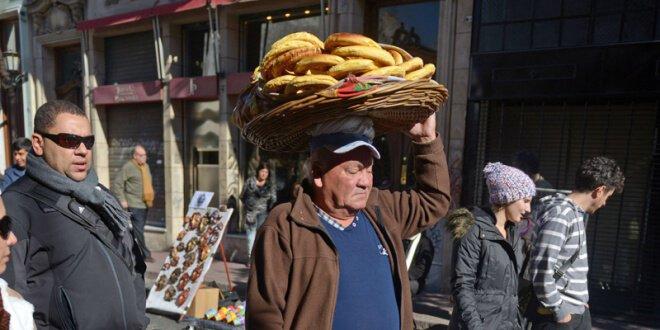 Un hombre vende chipas, una comida tradicional de Paraguay, en el barrio de San Telmo, Buenos Aires, Argentina, junio 2015. Eitan Abramovich/AFP/Getty Images