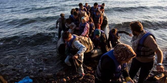 El número de migrantes que cruzaronn el Mediterráneo este año ya supera los 300.000, calcula ACNUR