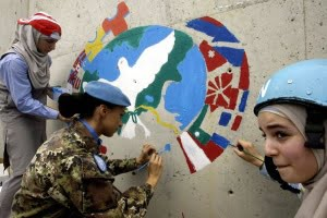 Niños libaneses y soldados italianos en misión de paz durante el día internacional de la paz en Líbano. (Mahmoud Zayyat/AFP/Getty Images)