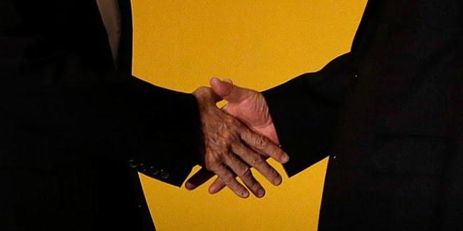 Apretón de manos entre Xi y Ma.