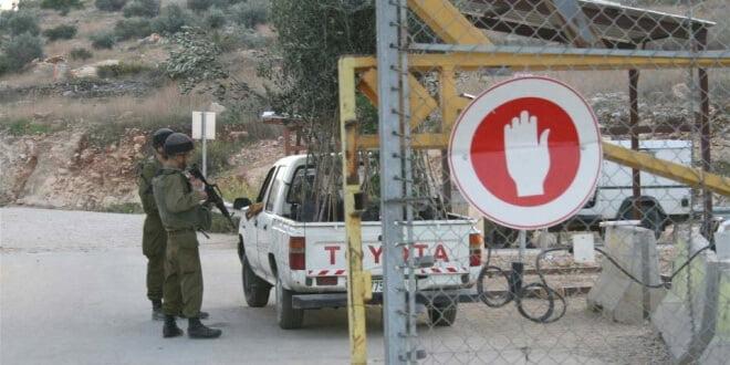 Soldados israelíes inspeccionan un vehículo que entra a Cisjordania. Foto: IRIN/Tom Spender
