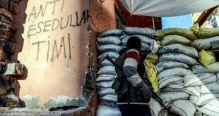 Un militante kurdo armado tras una barricada en el distrito Sur de la ciudad de Diyarbakir. Ilyas Akengin/AFP/Getty Images