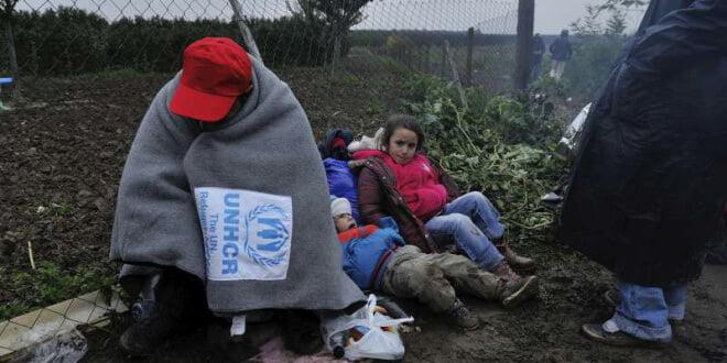 Un refugiado se protege del frío en la frontera entre Serbia y Croacia. Foto: ACNUR/Mark Henley