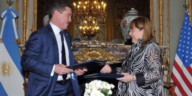 La canciller argentina Susana Malcorra y el embajador de Estados Unidos, Noah Mamet, presidieron hoy en el Palacio San Martín la firma de acuerdos entre los gobiernos de la Argentina y los Estados Unidos.