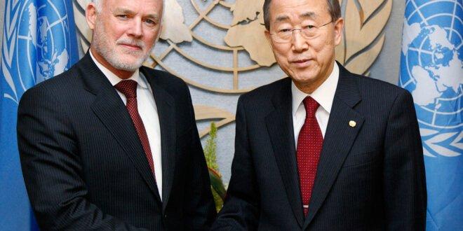 El Secretario General de la ONU, Ban Ki-moon (dcha) saluda al embajador de Fiyi ante Naciones Unidas, Peter Thomson. Foto de archivo: ONU/Evan Schneider
