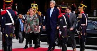 El secretario de Estado de EE. UU., John Kerry, en su visita en Buenos Aires junto a la ministra de Exteriores argentina, Susana Malcor
