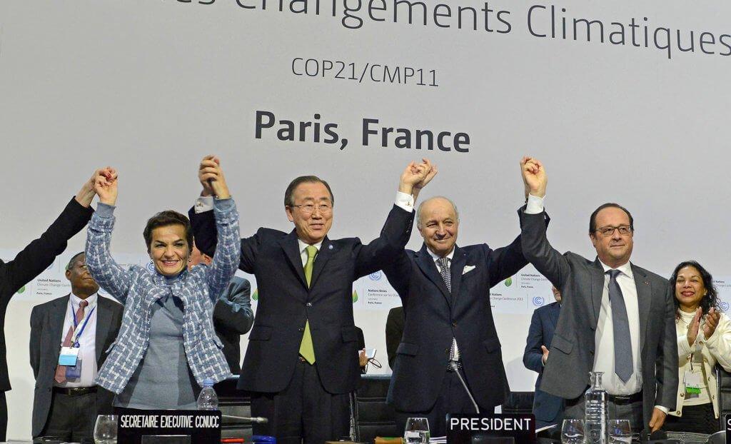 Foto de Christiana Figueres (Costa Rica) con el actual Secretario General Ban ki Moon de Naciones Unidas, el entonces Ministro de Relaciones Exteriores de Francia, Laurent Fabius y el Presidente Francois Hollande, en la clausura de la Cumbre sobre Cambio Climático, diciembre del 2015. Foto extraída de nota de prensa de Naciones Unidas