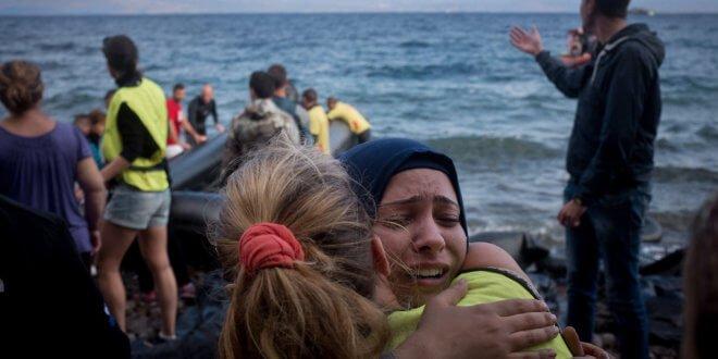 Migrantes procedentes de Siria, Iraq y Afganistán son recibidos por voluntarios al desembarcar en la isla griega de Lesbos. Foto de archivo: UNICEF/Ashley Gilbertson