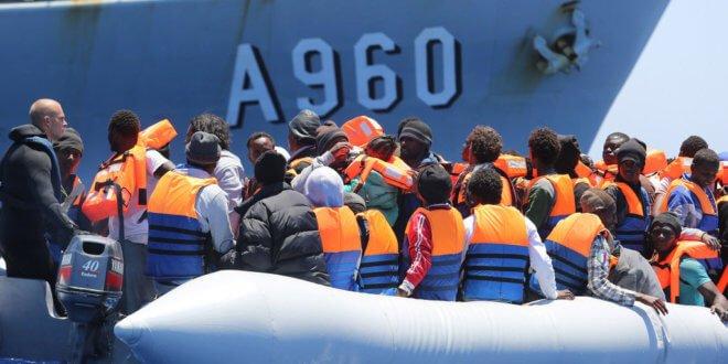 Migrantes y refugiados rescatados en el Mediterráneo, cerca de las costas de Sicilia, Italia. Foto: OIM/Francesco Malavolta
