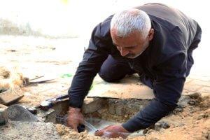 Reparaciones de tuberías de agua en el campo de Jabalia, en el norte de Gaza. Foto: UNRWA / Khalil Adwan