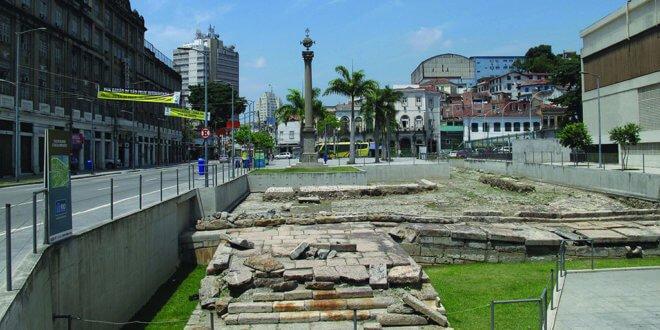Sitio arqueológico del muelle de Valongo. En el frente, los restos del muelle con el empedrado original. En el fondo, una columna erigida como memorial. Foto: UNESCO / Milton Guran