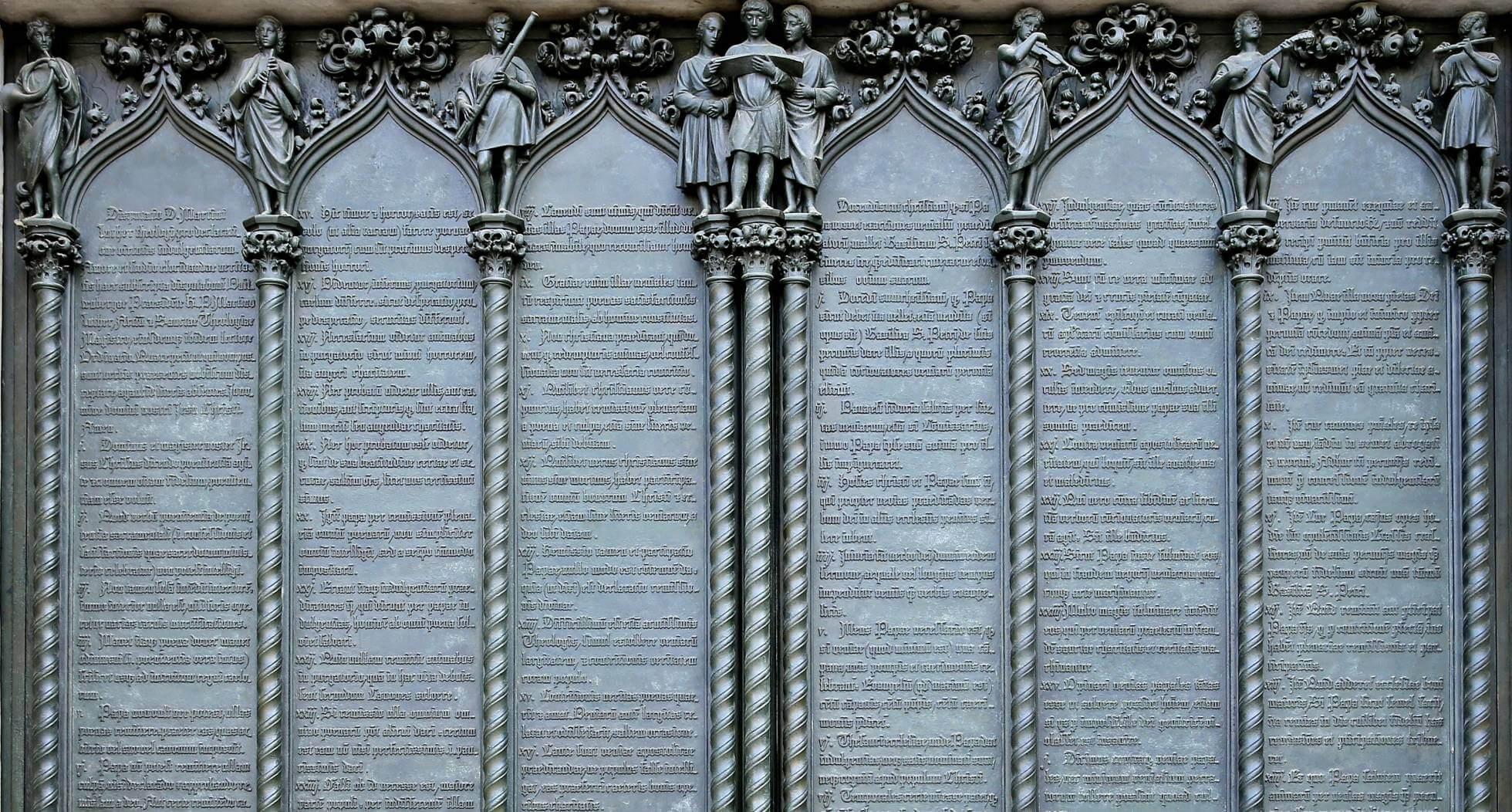 Puerta de la iglesia de Wittenberg en la que se muestran las 95 tesis reformistas de Martín Lutero. JAN WOITAS AP