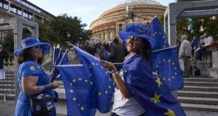 Manifestantes proeuropeos frente al Albert Hall de Londres. NIKLAS HALLE'N AFP