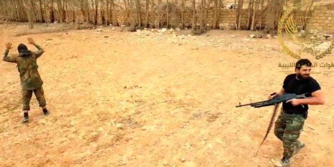 Fotograma de la grabación de una ejecución extrajudicial cometida por el comandante libio Mahmoud al Werfalli.