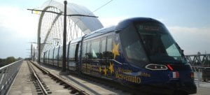 El tranvía que une Estrasburgo y Khel en el momento de cruzar la frontera. patrick hertzog AFP