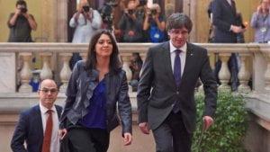 Carles Puigdemont entra al Parlamento acompañado por su esposa. Foto: AFP