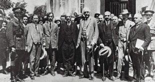Arthur Balfour, cuarto por la derecha, en 1925 en una visita aTel Aviv. AFP