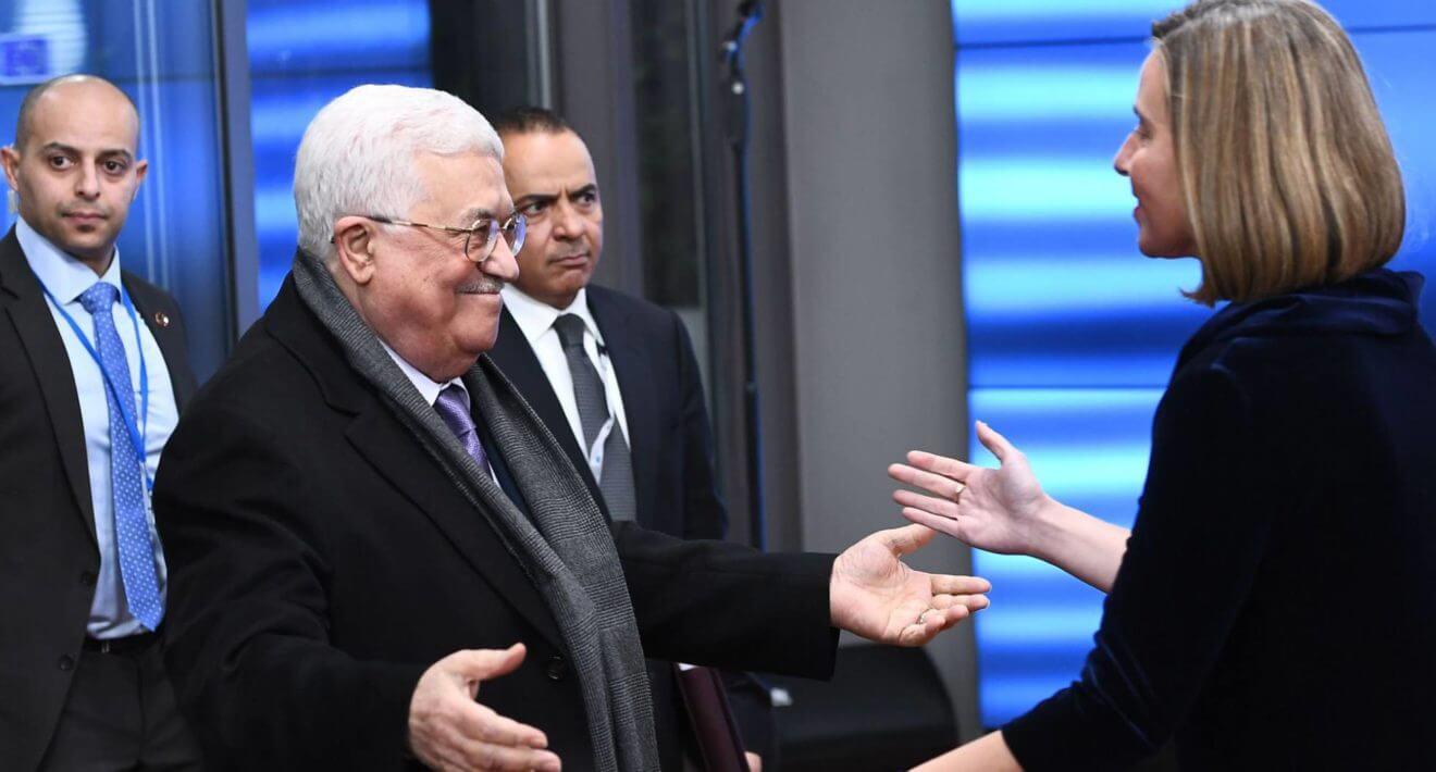 Mahmud Abbas saluda a Federica Mogherini a su llegada a Bruselas. EMMANUEL DUNAND AFP