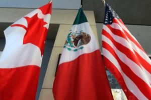 Las banderas de Canadá, México y EE UU, en una de las últimas rondas de negociación del TLC. LARS HAGBERG AFP