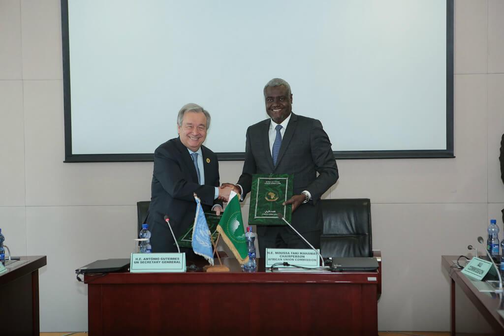 Antonio Guterres, el Secretario General de la ONU, y Moussa Faki, el presidente de la Comisión de la Unión Africana, firman el acuerdo marco entre la dos organizaciones. Foto: UN Photo/Antonio Fiorente