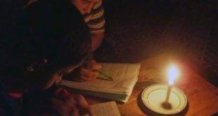 Ante la falta de electricidad, dos niños leen a la luz de una vela en Gaza. Foto: Ahmend Dallou/IRIN