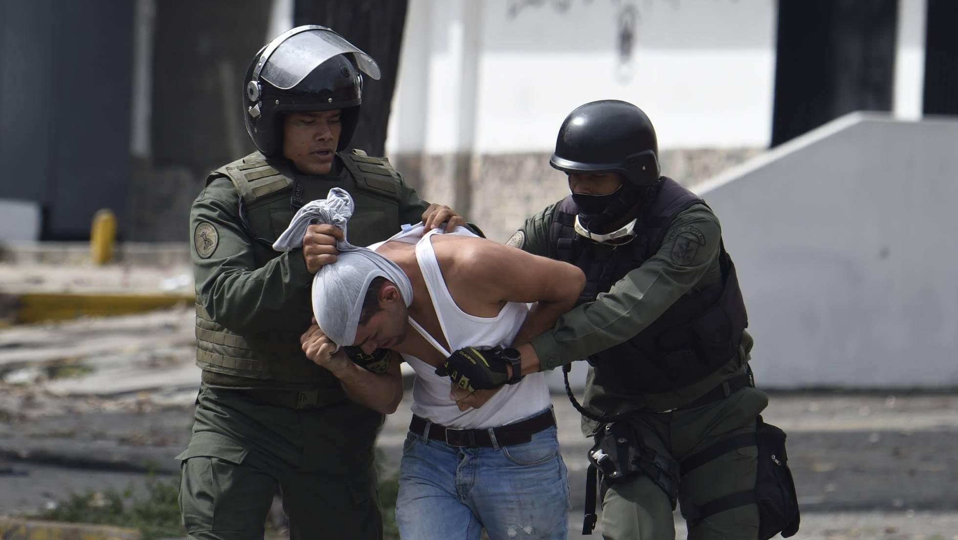 Un activista antigubernamental es detenido en Caracas en julio de 2017. JUAN BARRETO AFP / GETTY