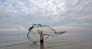 Un pescador de Timor Leste lanza la red para atrapar peces. Foto: ONU/ Martine Perret