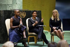 Actriz y activista Danair Gurira, junto con la directora ejecutiva de ONU mujeres, Phumzile Mlambo-Ngcuka, y la también actriz y activista Reese Witherspoon, durante la celebración del Día Internacional de la Mujer en la ONU.