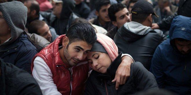 UNICEF/UNI199995/Gilbertson V Refugiados esperan para ser registrados como solicitantes de asilo en Berlín, Alemania.