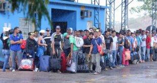 ACNUR/Reynesson Damasceno Venezolanos en Pacaraima, ciudad fronteriza con Venezuela, esperando en las dependencias de la Policía Federal, encargada de recibir a los solicitantes de asilo o permisos especiales de residencia en Brasil, el 16 de febrero de 2018.
