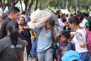 UNHCR/Reynesson Damasceno Las familias venezolanas se refugian en la plaza de Simón Bolívar, en el centro de Boa Vista. Con ayuda de ACNUR y las autoridades brasileñas, se traslandan al asentamiento del Jardim Floresta.