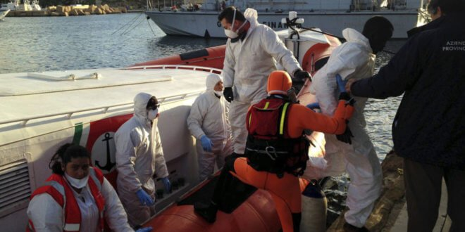 ACNUR/Alfredo D'Amato En el puerto de Lampedusa, los guardacostas italianos desembarcan a los supervivientes de un naufragio en el Mediterráneo. Foto: ACNUR / Federico Fossi