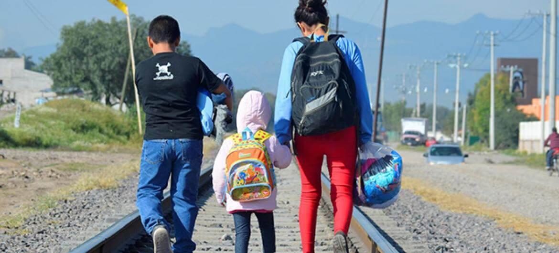 Los niños migrantes y refugiados deberían estar con sus padres