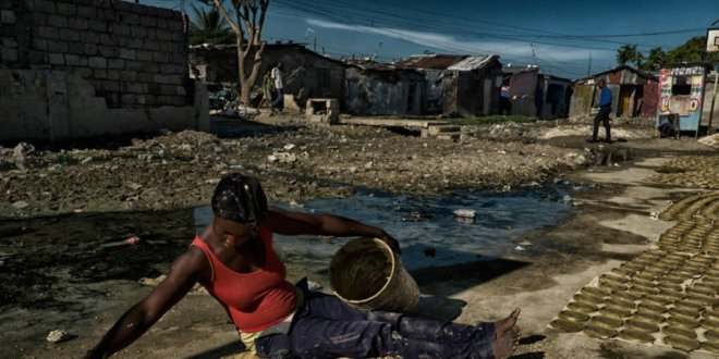 ONU/Logan Abassi Mujer preparando comida en Haití.