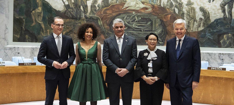ONU/Eskinder Debebe Los representantes de los cinco miembros no permanentes del Consejo de Seguridad recién elegidos. (de izq. a dcha): Alemania, Sudáfrica, el Ministro de Relaciones Exteriores de la República Dominicana, Miguel Vargas Maldonado, Indonesia y Bélgica.