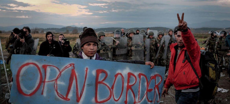 UNICEF/Ashley Gilbertson Refugiados y migrantes protestan por las restricciones impuestas en la frontera de Grecia con la ex República Yugoslava de Macedonia.