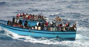 Archivo: UNHCR/L.Boldrini Una embarcación transporta refugiados y migrantes en las aguas del Mediterráneo.