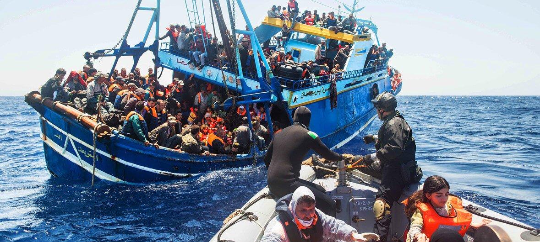 Guardia Costera de Italia/Massimo Sestini La Armada Naval de Italia rescata migrantes en el Mediterráneo.