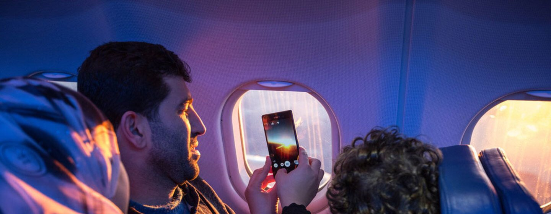 IM/Muse Mohammed Una familia mira por la ventana del avión y toma fotos mientras viajan a su nuevo hogar.