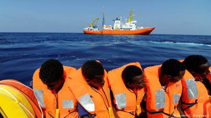 Migrantes rescatados en la costa de Libia.