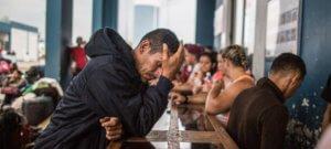 ACNUR / Sebastián Castañeda Cientos de venezolanos hacen cola en el Centro Binacional Integrado de Atención de Frontera esperan a entrar a Perú a través de la frontera con Ecuador. Las gente espera en filas, como la de esta foto de mayo de 2018, hasta 10 horas.
