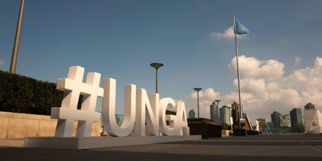 ONU/Kim Haughton La etiqueta oficial de la Asamblea General para promover el Debate General, situado en la entrada de visitantes de la sede de la ONU de Nueva York.