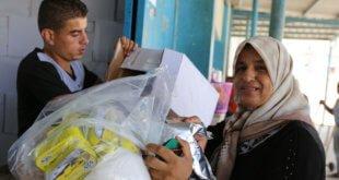 UNRWA / Tamer Hamam Una refugiada palestina recibe ayuda de la UNRWA en un centro de Gaza
