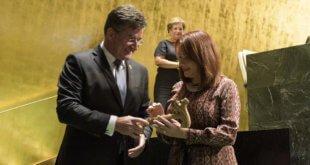 ONU/Manuel Elias Miroslav Lajčák entrega el martillo de presidente de la Asamblea General a su sucesora Maria Fernanda Espinosa.