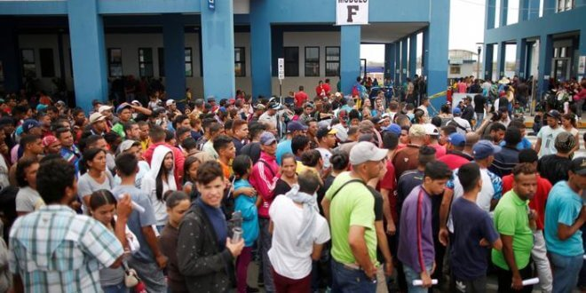 Así esperaron decenas de venezonalos migrantes en la frontera entre Ecuador y Perú para ingresar a este último país en el último día de octubre para entrar a territorio peruano y pedir su Permiso Temporal de Permanencia.